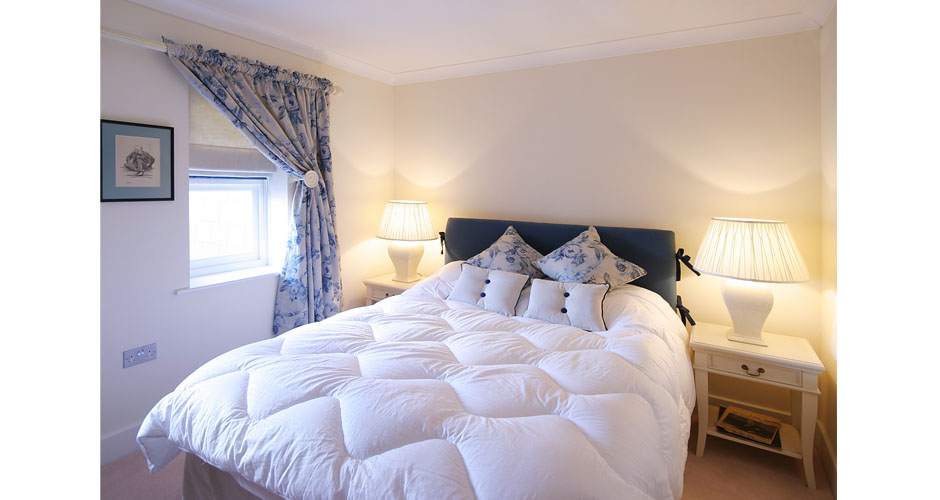 Bue and white country look bedroom